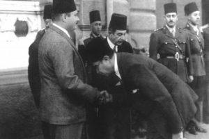 انحناءه للملك فاروق وتقبيل يده