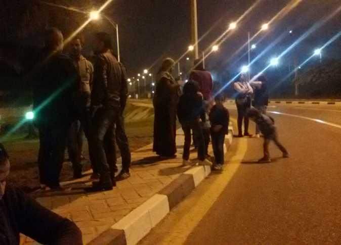 مؤيدو الفريق أحمد شفيق أمام مطار القاهرة