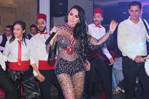 مطربة لبنانية تستفز جمهورها بفستان أسود شفاف