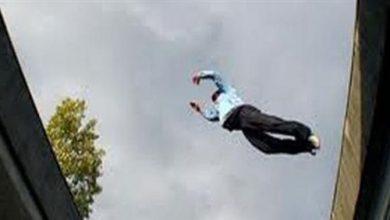 رجل يقفز من الطابق الثالث
