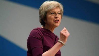 محلل نفسي يكشف سر لم يلاحظه الجميع من مؤتمر رئيسة وزراء بريطانيا