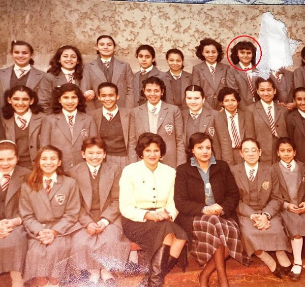 صورة نادرة للنجمة رانيا محمود ياسين بالزي المدرسي وسط زميلاتها ومدرسيها