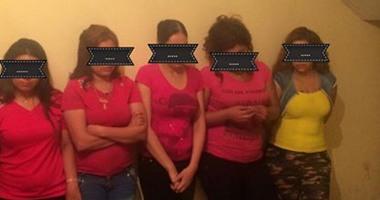 """تفاصيل مثيرة في اعترافات """"قواد"""" في """"جمصة"""" يدير شبكة دعارة داخل شقته .. 7 شباب و3 فتيات والساعة بـ300 جنيه"""