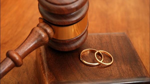 سها تطلب الخلع أمام محكمة الأسرة: «جوزي ضربني بالمقشة»