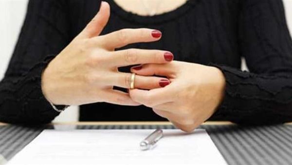 """رحمة تطلب الطلاق أمام محكمة الأسرة: «طردني وقالي """"غورى ياعقيمة""""»"""