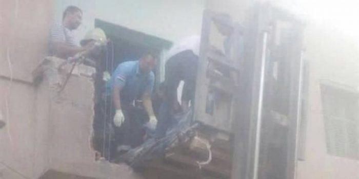 الشرطة تهدم منزل لإخراج شاب لتلقي العلاج